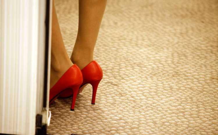 Σάλος στο κέντρο της Αθήνας: Γυναίκες φωτογραφίζονται γυμνές επί πληρωμή!