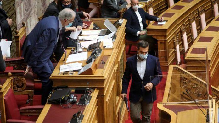 Χαμός στη Βουλή με φίμωση Τσίπρα: Γιατί ο Τασούλας του έκλεισε το μικρόφωνο. «Εντολή Μητσοτάκη, Χούντα» [video]