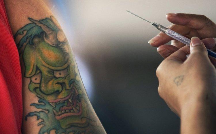 Eμβόλιο: O EMA προειδοποίησε για νέες παρενέργειες σε AstraZeneca και Johnson & Johnson