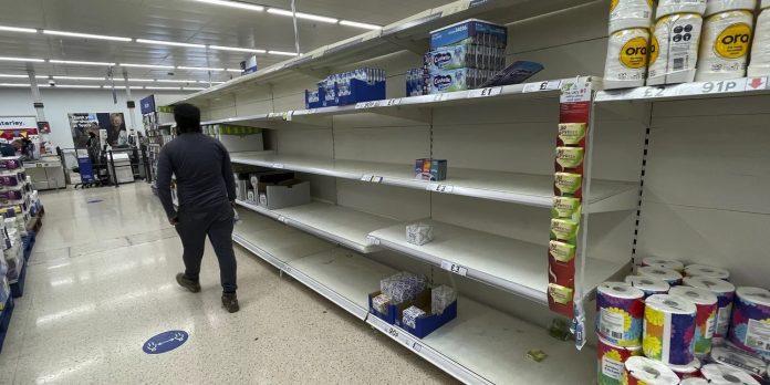Πανικός με άδεια ράφια στα σούπερ μάρκετ: Ένας στους έξι δεν βρίσκει βασικά τρόφιμα, στοκάρουν για Χριστούγεννα
