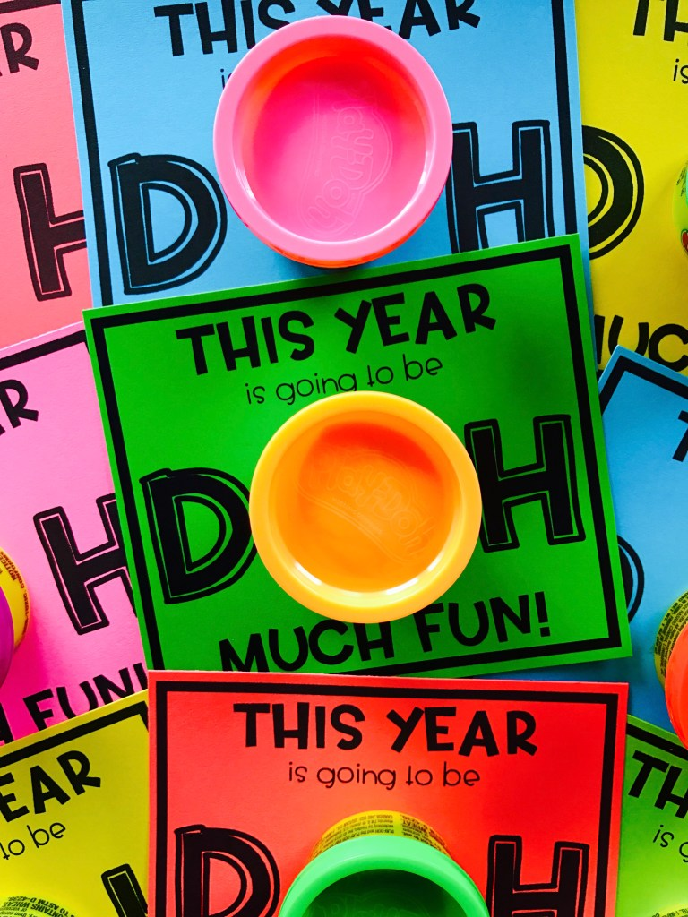 Play Doh is a simple and non-edible back to school gift for students! It's perfect for meet the teacher and open house night, as well as for calming those first day of school jitters. Grab these FREE play dough gift tags for an affordable back to school student gift idea!