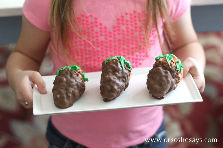 Make these fun chocolate covered strawberry rice krispie treats with your kids this Valentine's Day!