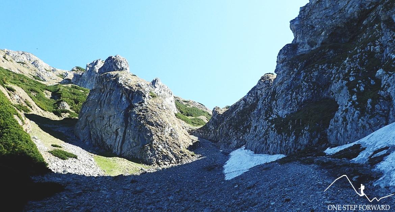 Kobylarzowy Żleb (ok. 1420–1800 m n.p.m.). Po lewej stronie Szary Żleb