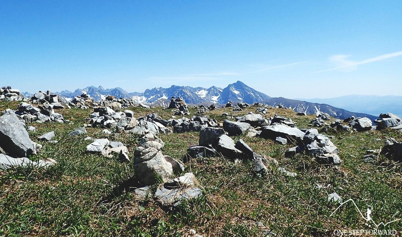Charakterystyczne kamienne kopczyki na szczycie Krzesanicy