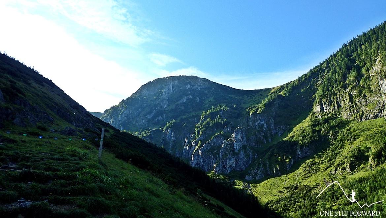 Widok na Kopę Magury ze szlaku prowadzącego przez Dolinę Jaworzynki