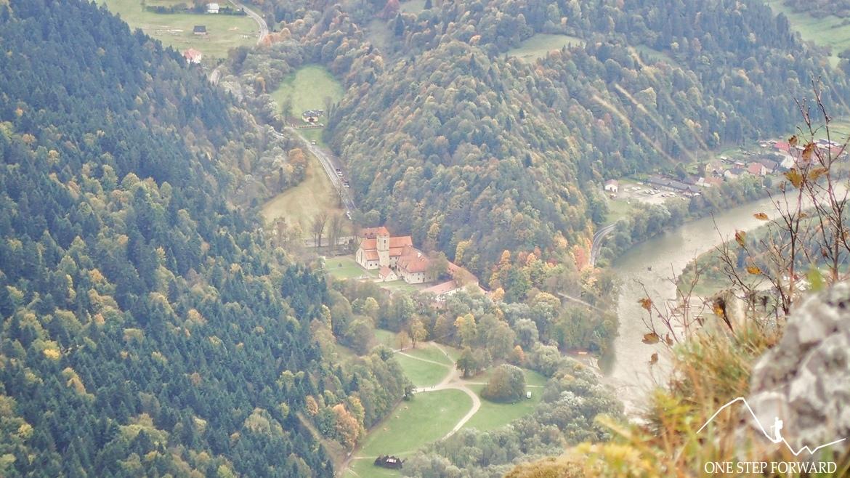 Widok na Czerwony Klasztor z Trzech Koron - Pieniny