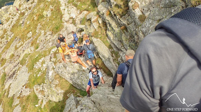 Widok na skalną rynnę - zejście z Kościelca