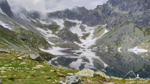 Wielki Hińczowy Staw - widok na Cubrynę oraz Hińczową Przełęcz