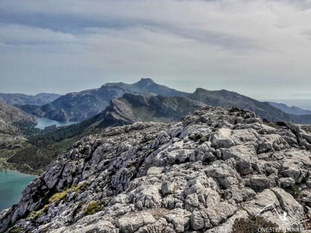 Panorama z Sa Rateta na Puig de Tossals Verds oraz Puig de Massanella - Ruta de Tres Miles, Majorka