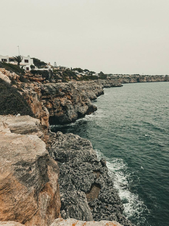Cala Pi - widok na skaliste wybrzeże