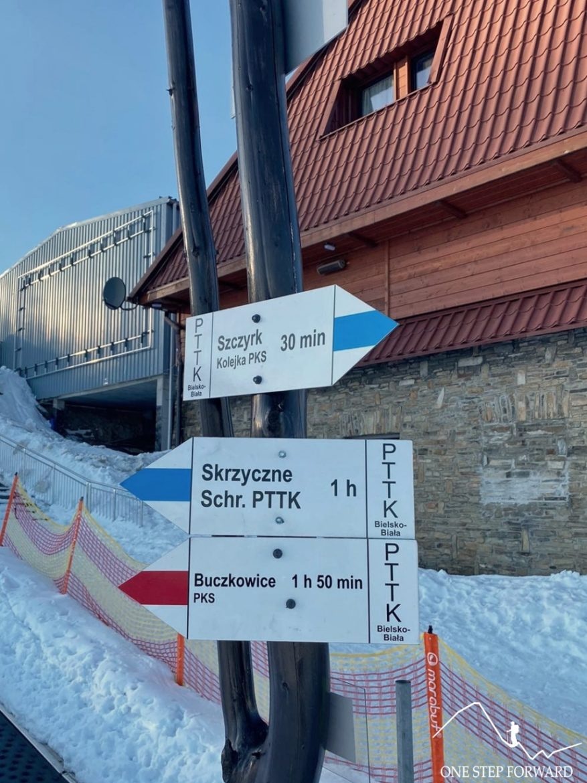Drogowskaz przy pośredniej stacji kolejki linowej na Polanie Jaworzyna
