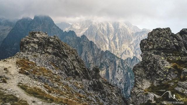 Zejście z Sławkowskiego Szczytu - widok na Pośrednią Grań i Łomnicę