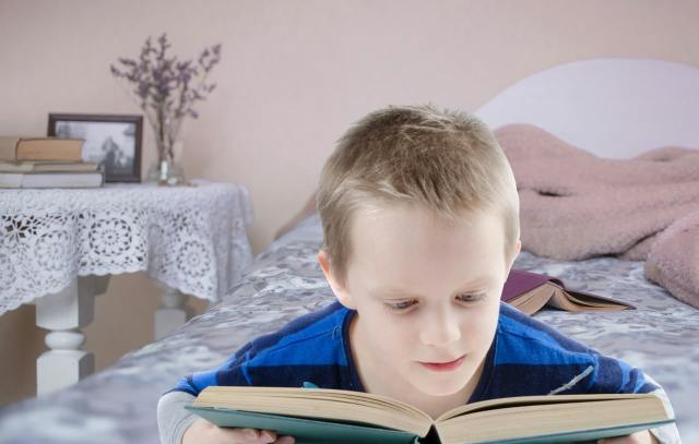 Child reading difficulty - Sign of Dyslexia