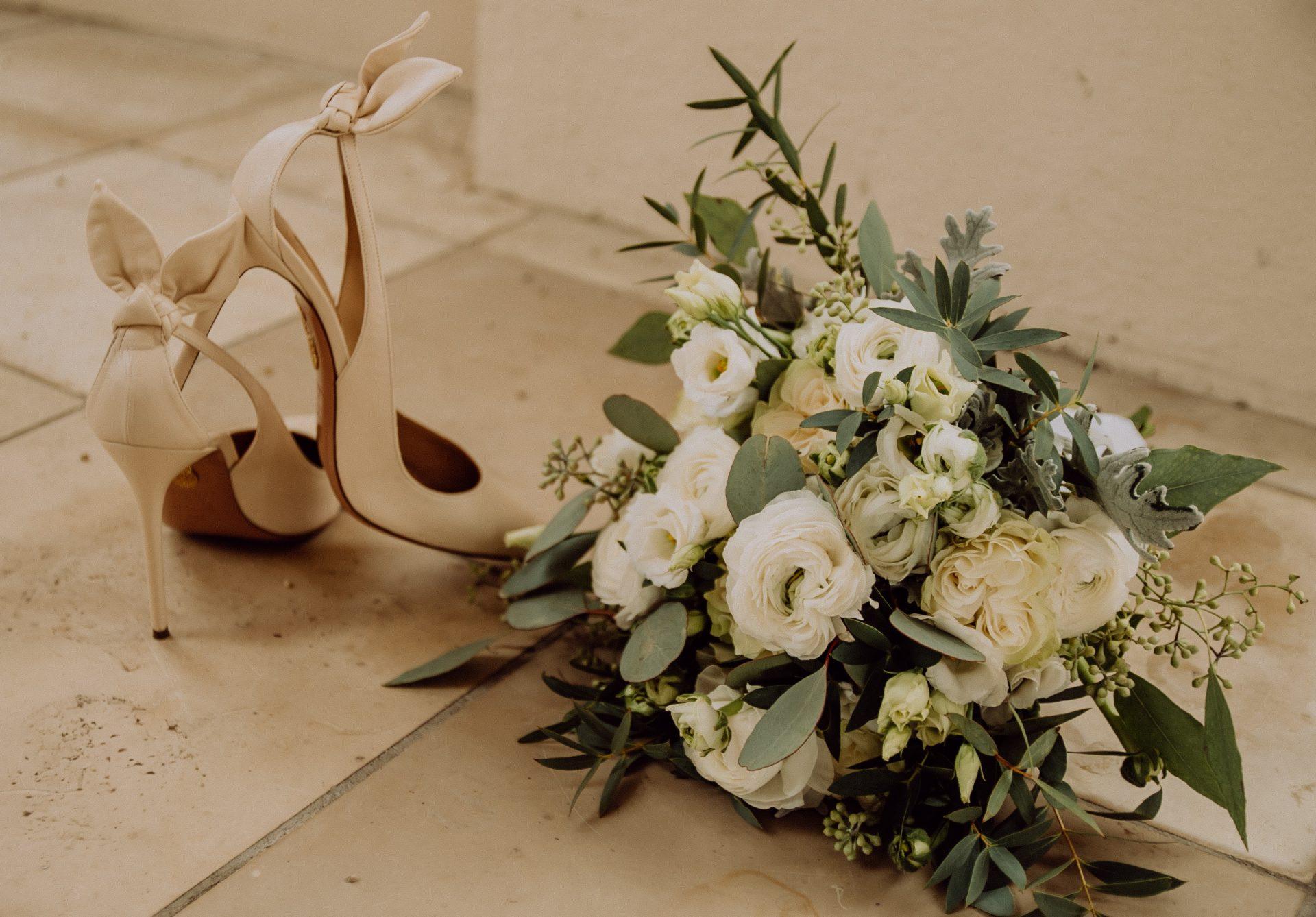Details vom Brautstrauß und Brautschuhen