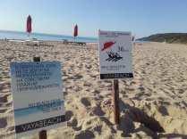 Keine Standkleidung am Strand erlaubt, schräge Auswüchse der Neubebauung.