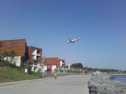 Das Crowne Plaza war gar nicht so gut besucht. Einflugschneise Atatürk Airport. Flugbewegung alle 3 Minuten