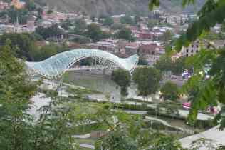Fussgänderbrücke: Neben den Parks seltenes, positives Beispiel der Stadtentwicklung