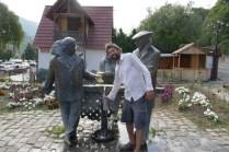 Busladungen halten an dieser gut gemachten Wasserstelle in Dilijan, um ein Foto zu schiessen