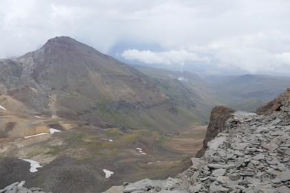 Mit dem Bus zum höchsten Berg Armeniens (Aragats). Von Übernachtung am Kari-See auf 3.200 m Tageswanderung zum Kraterrand auf 3879 m. Höchster Berg, auf dem ich je gestanden bin.