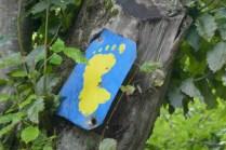 Janapar-Trail Wegmarkierung mit der Darstellung von Karabach. Selbstverständlich ohne die Abdrücke der Zehen