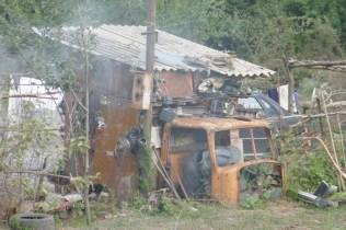 Schwupps ist aus einem alten Fahrzeug eine prima Hütte gebastelt