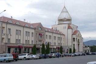Hotel und Regierungsgebäude in der Hauptstadt Stephanakert