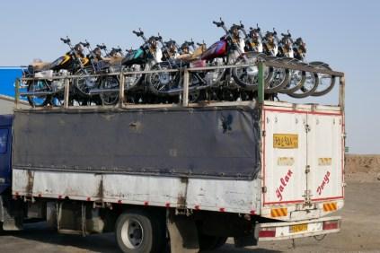 Wieder eine neue Ladung Knatterbüchsen. Die Mopeds werden in China gebaut und später im Iran zusammengeschraubt. Ein hoch auf die EU-Geräusch-Vorschriften!