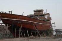 Einzig noch aktive Werft für traditionellen Bootsbau. Die Schiffe sind im Warenverkehr nach Dubai im Einsatz.