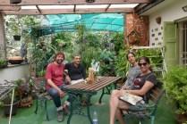 Nach dem Foto haben die Eigentümer des Elefantenbaums Garima und mich spontan zu einer Hausführung eingeladen.