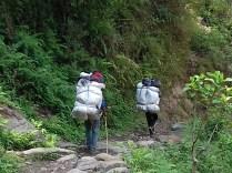 Die Sherpas wuppen 30-40 kg für jeden der es mag über steile Pfade. Ein wichtiges Einkommen der Himalaya-Bewohner.