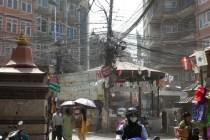 Ankunft in Kathmandu. Sehr pragmatische Stromverteilung.