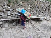 Für mich unfassbar: Die Jungs schultern 100 kg in Badeschlappen und sorgen so für den Nachschub für über 300 Trekker pro Tag in der Hochsaison. Der Verdienst von 20 € pro Tag liegt dabei weit über dem einer Hilfskraft in Kathmandu mit 100 € im Monat.