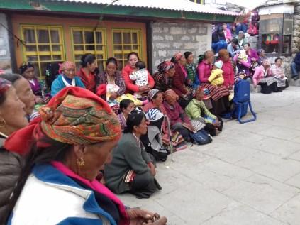 Sherpafamilien kommen aus den umliegenden Dörfern.