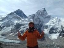 Super happy: Everest-Aussichtspunkt Kala Patthar auf 5.643 m. Unten am Kumbu-Eisfall ist in der Saison das Basecamp gelegen. Die Everest-Besteigung führt eine Weile durch den anpruchsvollen Gletscher.