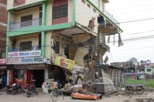 Nicht verzagen, weiter geht's. Nicht viele Häuser sind in Nepal nach dem Erdbeben noch in diesem Zustand.
