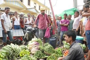 Wieder großes Interesse beim Kurzeinkauf am Gemüsestand.
