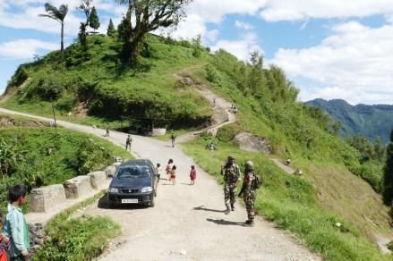 Dorfstrasse von Longwa ist Grenzverlauf zwischen links Indien und rechts Myanmar. Untergebracht bin ich rechts der Strasse, Visa oder Erlaubnis ist nicht erforderlich. Oben das Königs-Haus.