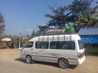 Das Fahrrad noch verpackt vom Flug, geht es von Mandalay mit dem Minibus zurück an die indische Grenze nach Tamu.