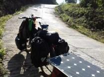 Hier geht auch mit Schieben nichts mehr. Warte auf Hilfe von Einheimischen, die hin und wieder mit dem Moped vorbeikommen.