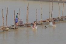Die Jungs hatten ordentlich Spass, Saltos vom Steg ins Wasser zu drehen.