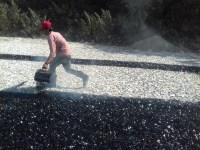 Strassenbau ist im Norden des Landes intensive Handarbeit und dauert sehr sehr lange.