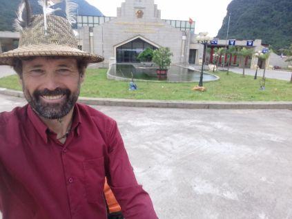 Der monströse Grenzübergang nach Vietnam ist für meine Begriffe überdimensioniert. Auf der Nebenroute ist kaum etwas los.