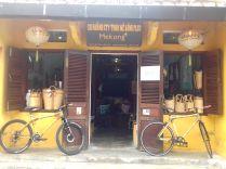 Klasse Projekt einer NGO zur Unterstützung der Landbewohner. Auch Bambusfahrräder sind im Angebot.