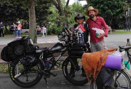 Der lustige Shawn fährt jeden Sonnag in die Stadt um Menschen glücklich zu machen. Seine Botschaft: Nur wer glücklich ist, ist auch gesund. Er hat einen Job bei Singapore-Airlines.