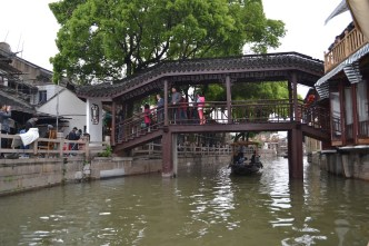 I ended up running into a girl who was my age and studying at a university in Shanghai. She happened to have the day off and went with me to Zhujiajiao.