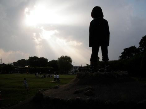 光を眺める息子