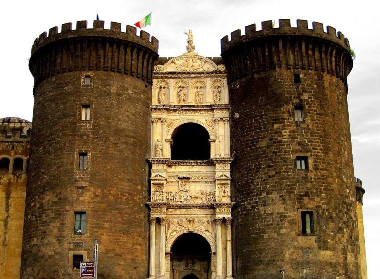 Castel Nuovo à Naples Italie