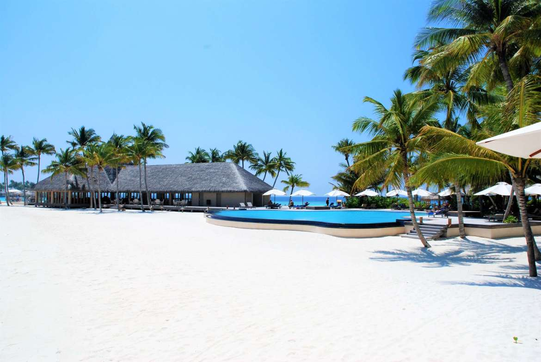Voyage aux Maldives au bord de la piscine de Veligandu Island
