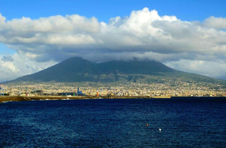 Vue sur la baie de Naples et le Vésuve