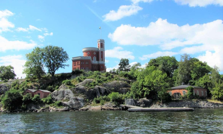 Une ancienne fortification vue depuis l'excursion bateau à Stockholm